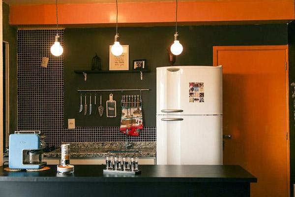 cozinha-pequena-decorada-com-detalhes-em-laranja