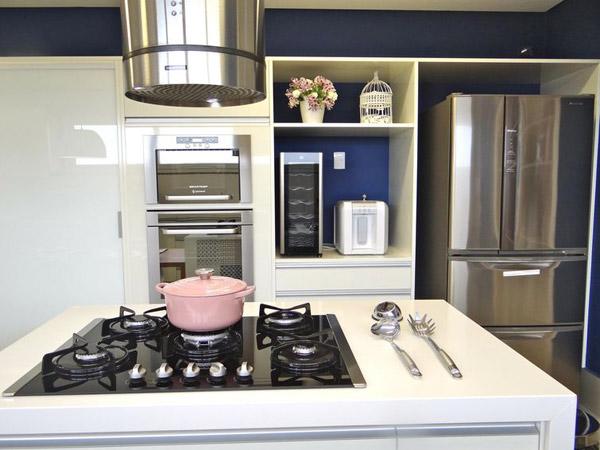 cozinha-pequena-decorada-com-itens-em-inox