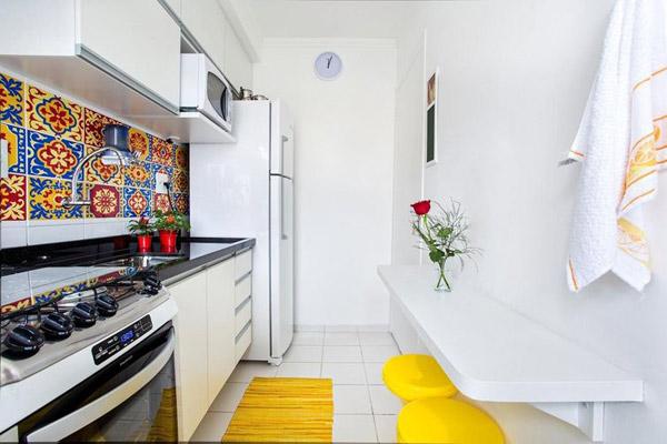 cozinha-pequena-decorada-com-vasos-de-flores