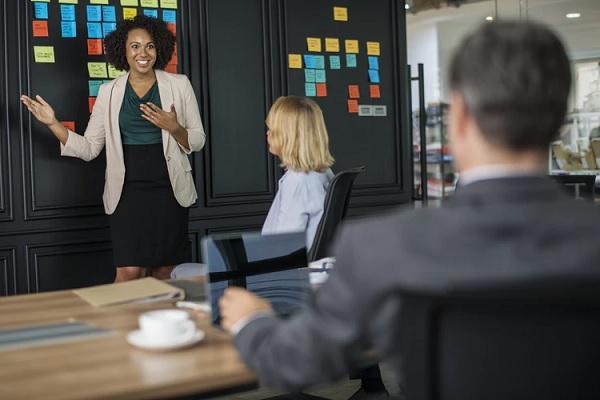 Qual roupa usar em uma reunião de negócios?