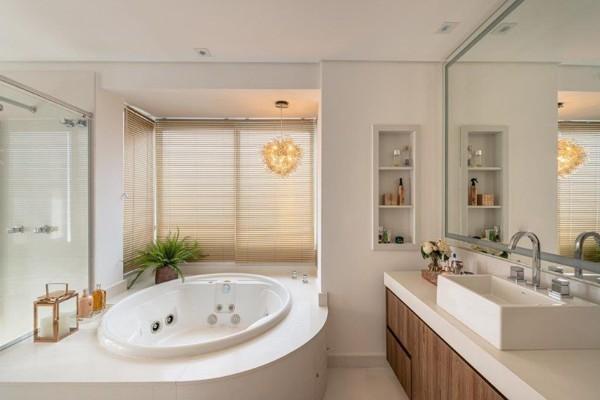 Decoração de banheiro com banheira redonda